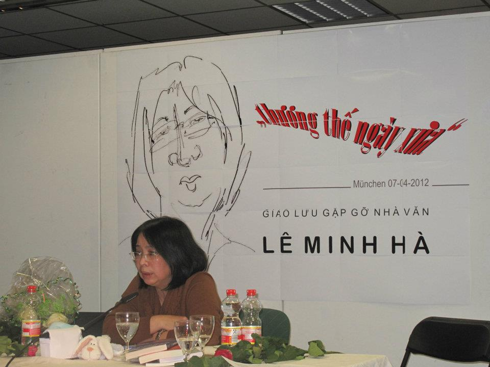 Nhà văn Lê Minh Hà trong một cuộc tọa đàm với độc giả tại München, Đức.