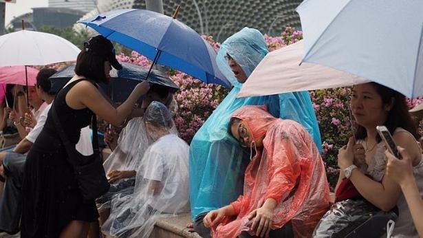 Người dân Singapore đội mưa để vĩnh biệt ông Lý Quang Diệu