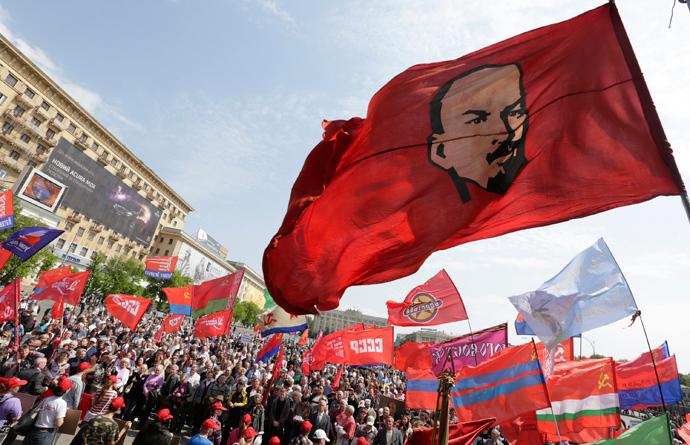 Những biểu tượng như thế này sẽ bị cấm trong các cuộc biểu tình, tuần hành tại Ukraine - Ảnh: Vitaliy Belousov (RIA Novosti)