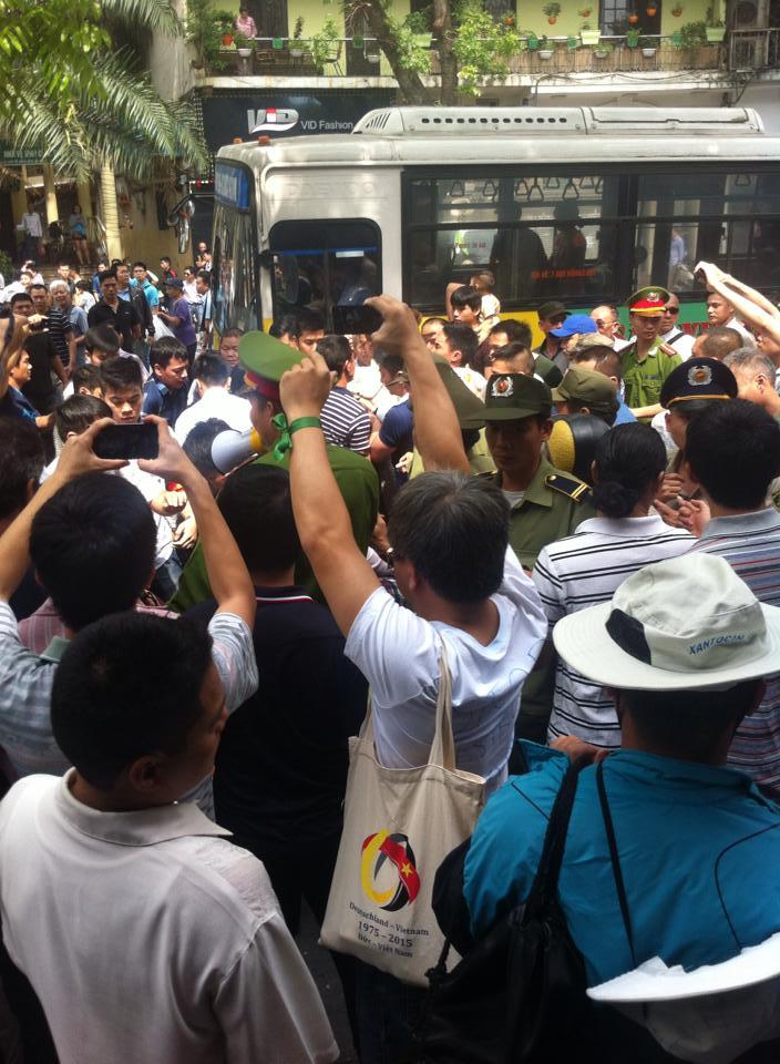 Nhiều người tham gia tuần hành bị cưỡng bức lên xe buýt - Ảnh: Facebook