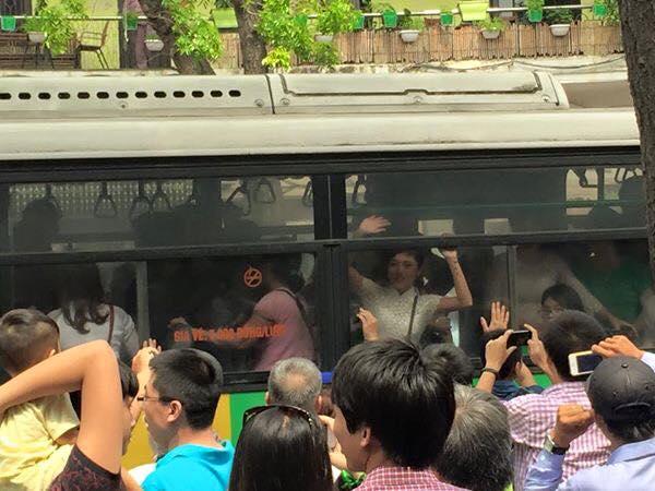 Doạ dẫm không xong, những kẻ vũ phu lôi áo dài lên xe buýt