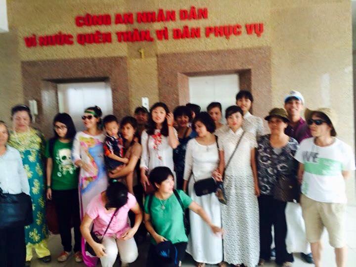 Ở đồn công an Quận Long Biên, mọi người vẫn sát cánh bên nhau