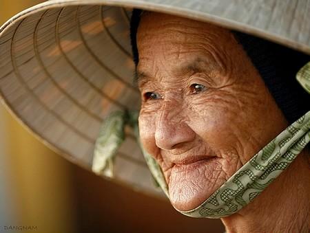Bà mẹ quê - Ảnh: nhiepanh.vn