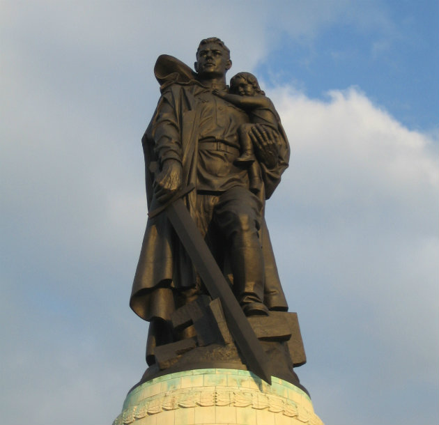 Đài kỷ niệm Chiến sĩ Hồng quân tại Công viên Treptower