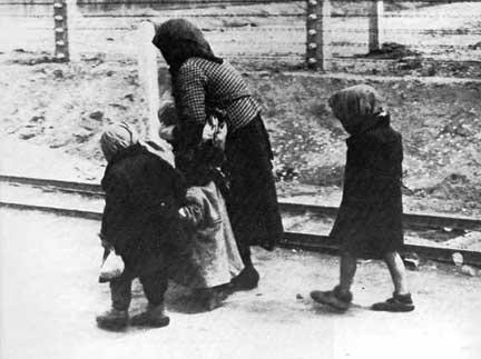 Tấm ảnh nổi tiếng: người Do Thái Hung trên đường tới phòng hơi ngạt - Ảnh tư liệu