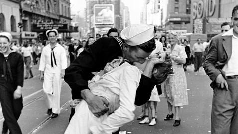 """Tấm ảnh nổi tiếng nhất của ngày chấm dứt chiến tranh: """"Nụ hôn ở Quảng trường Thời đại"""" (The Kiss at Times Square) của nhiếp ảnh gia Alfred Eisenstaetd"""