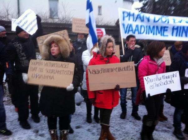 Người Việt ở Phần Lan biểu tình phản đối lạm thu trước cơ quan đại diện ngoại giao Việt Nam tại Helsinki (ngày 10-1-2015)