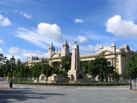 Một góc của quảng trường Tự do (Budapest) với tượng đài chiến sĩ Hồng quân và trụ sở trước đây của Đài Truyền hình Hungary (MTV)