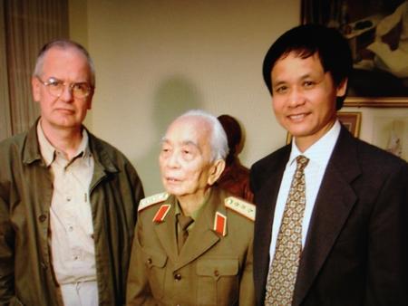 Tác giả Trần Đình Kiêm phiên dịch trong cuộc phỏng vấn cuối cùng của Hãng Thông tấn Hungary (MTI) với Tướng Giáp tại tư gia của Đại tướng (năm 2006) - Ảnh tư liệu