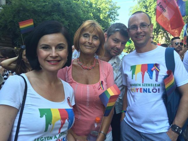 Hai nữ chính khách xã hội Kunhalmi Ágnes và Lendvai Ildikó cùng nhau tuần hành - Ảnh: origo.hu