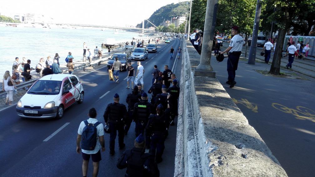 Nhóm chủ trương phá đám bị cảnh sát cách ly - Ảnh: origo.hu