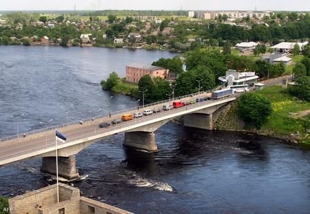 Cây cầu bên biên giới Estonia - Nga - Ảnh: Alexander Drozdov