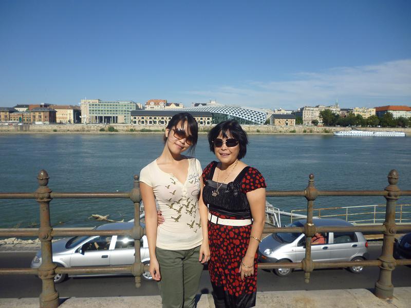 Cùng con gái trong chuyến thăm Hungary năm 2011 - Ảnh: Trần Lê