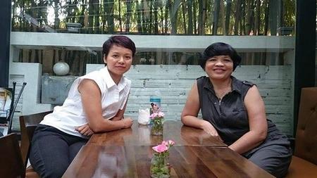 Chị Ngọc Anh (trái, đến từ Lyon, Pháp) và chị Nguyễn Hoàng Ánh (giảng viên đại học tại Hà Nội), hai đại diện TVSQ vừa trao kiến nghị của nhóm cho Bộ Ngoại giao - Ảnh: FB Ngoc Anh Rolland