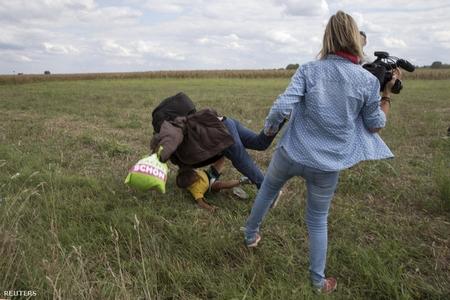 Hành vi không thể lý giải của một nhà quay phim - Ảnh: Marko Djurica (Reuters)