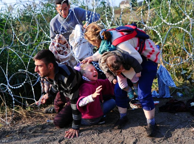 Vượt rào sẽ là tội hình sự bị tù giam và trục xuất - Ảnh: Kisbenedek Attila (AFP)