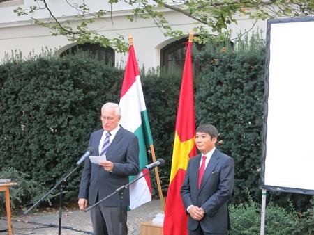 Đại sứ Nguyễn Thanh Tuấn (phải) và Quốc vụ khanh Mikola István trong kỷ niệm Ngày Độc lập 2-9