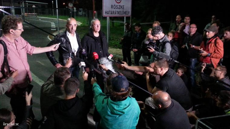 Cuộc họp báo lúc nửa đêm tại biên giới