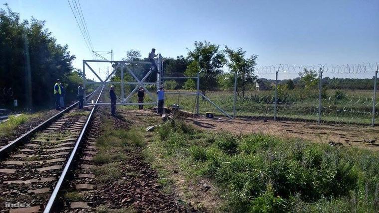 Tuyến đường sắt chính nối Hungary và Serbia chạy qua vùng Kelebia (phía Nam) bị chặn bởi một cánh cổng