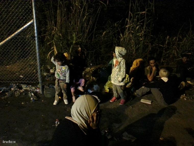 Người tỵ nạn bị kẹt lại bên kia hàng rào - Ảnh: index.hu