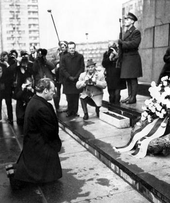 Cú quỳ lịch sử cho một dân tộc - Ảnh tư liệu