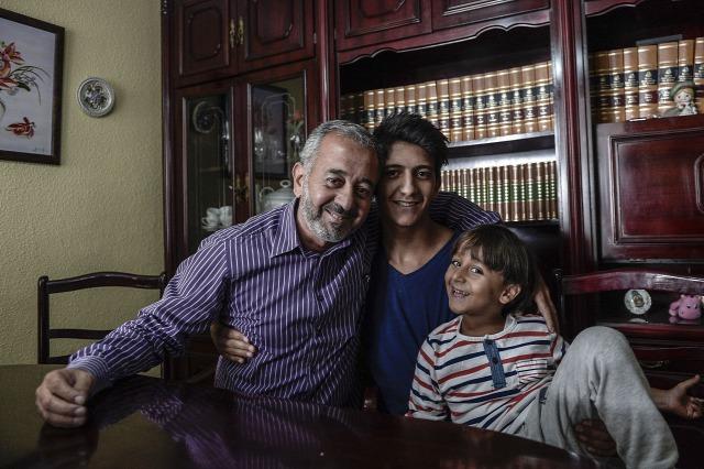 Osama và hai con đã được an toàn, nhưng nửa kia của gia đình còn mắc lại ở Thổ - Ảnh: Burak Akbulut