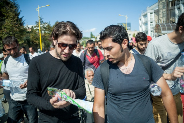 Mohammad Zatareyh (phải) dẫn đầu đoàn người tỵ nạn khởi hành từ ga Keleti (Budapest) - Ảnh: Rudolf Karancsi (citizenside.com)