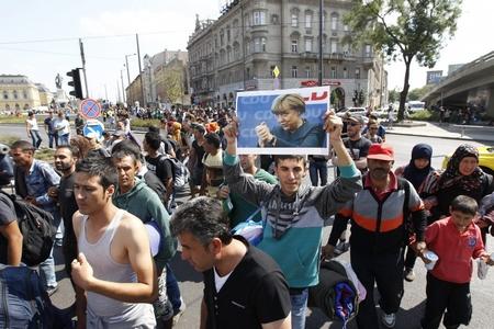 Vài ngàn người tỵ nạn đi bộ về hướng Vienna, ngày 4-9-2015 - Ảnh tư liệu