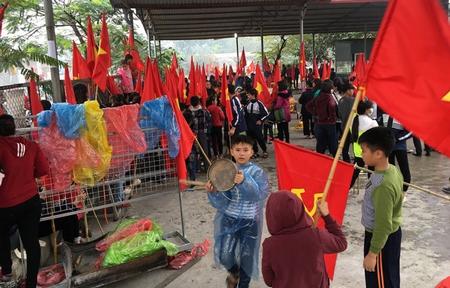 """Vài ngàn học sinh đã nghỉ học mang cờ, trống đi biểu tình đòi """"trả đất cho dân"""", phản đối việc chính quyền bắt tay với doanh nghiệp tịch thu bãi giữ xe để xây trung tâm thương mại ở xã Ninh Hiệp (Gia Lâm, Hà Nội) - Ảnh: """"Tuổi Trẻ"""""""
