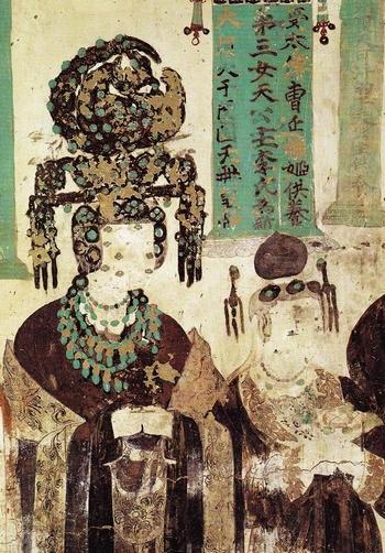 TK 3 sau Công nguyên (thời Ngũ Đại), Công chúa Khotan về nhà chồng ở Đôn Hoàng (Cam Túc). Mão và nữ trang là Nephrite xanh. Bích hoạ ở hang Mạc Cao (Mogao Cave) #61, Di sản Văn hóa Thế giới UNESCO từ năm 1987