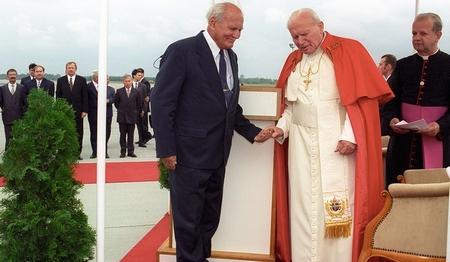 Tổng thống Göncz Árpád đón Đức Giáo hoàng Phao-lô Đệ nhị tại Phi trường Quốc tế Ferihegy - Ảnh: Rózsahegyi Tibor (MTI)