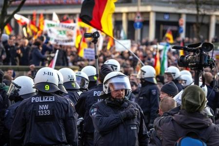 Cảnh sát chống bạo động tại cuộc biểu tình hôm 9-1 tại TP. Köln của tổ chức cực hữu Pegida - Ảnh: Christoph Hardt (AFP)