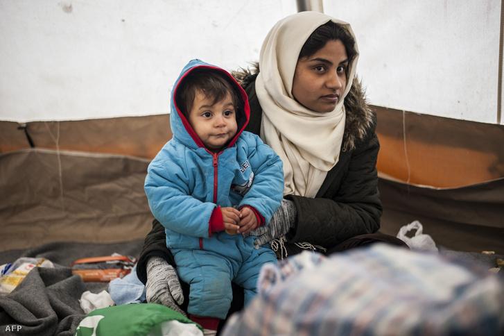 Một câu bé tỵ nạn cùng mẹ tại biên giới Macedonia - Ảnh: AFP