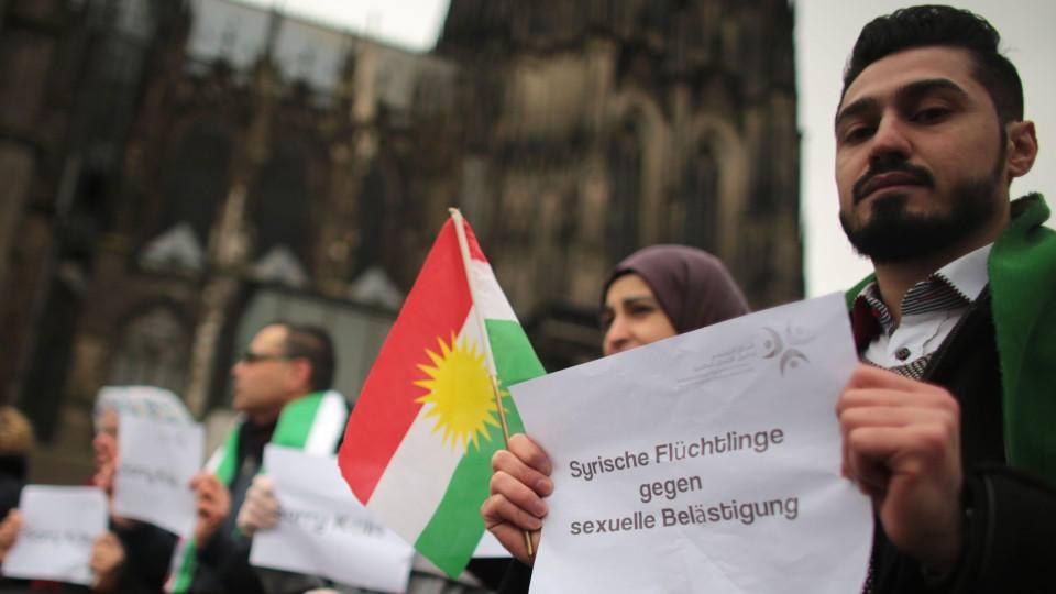 Người tỵ nạn Syria với dòng chữ phản đối sách nhiễu tình dục phụ nữ
