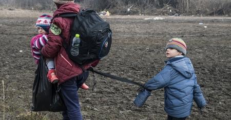Mẹ con người tỵ nạn tại biên giới Macedonia - Serbia, tháng 1-2016 - Ảnh: Arment Nimani (AFP)