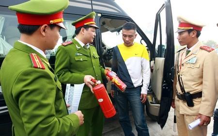 Bắt buộc có bình chữa cháy đối với xe hơi cá nhân ở Việt Nam có phù hợp với điều kiện thực tế? - Minh họa: laodong.com