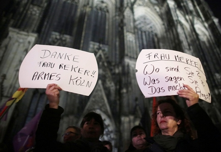 Phụ nữ Đức phản đối những cuộc tấn công tình dục trong đêm Giao thừa tại Köln - Ảnh: Oliver Berg (DPA)