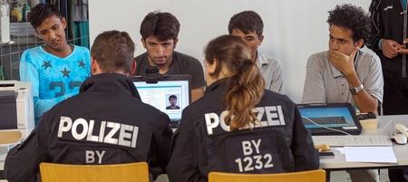 Từ cuối hè năm ngoái, người Đức bắt đầu để tâm tới người xin tỵ nạn và những thống kê liên quan đến trình độ học vấn và tỷ lệ phạm tội của họ