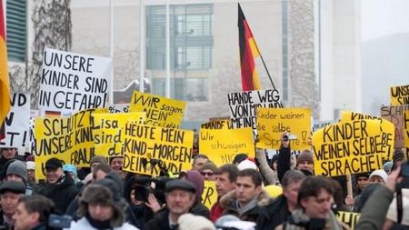 """Biểu tình trước Văn phòng Thủ tướng Đức với khẩu hiệu """"Con cái chúng ta đang gặp nguy hiểm"""" - Ảnh: EPA"""