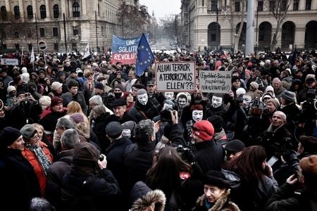 Hàng ngàn người xuống đường hôm 24-1 trước Tòa nhà Quốc hội Hungary - Ảnh: Huszti István (index.hu)