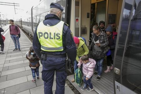 Người tỵ nạn xuống tàu tại Đan Mạch - Ảnh: Stig-Ake Jonsson (AFP)