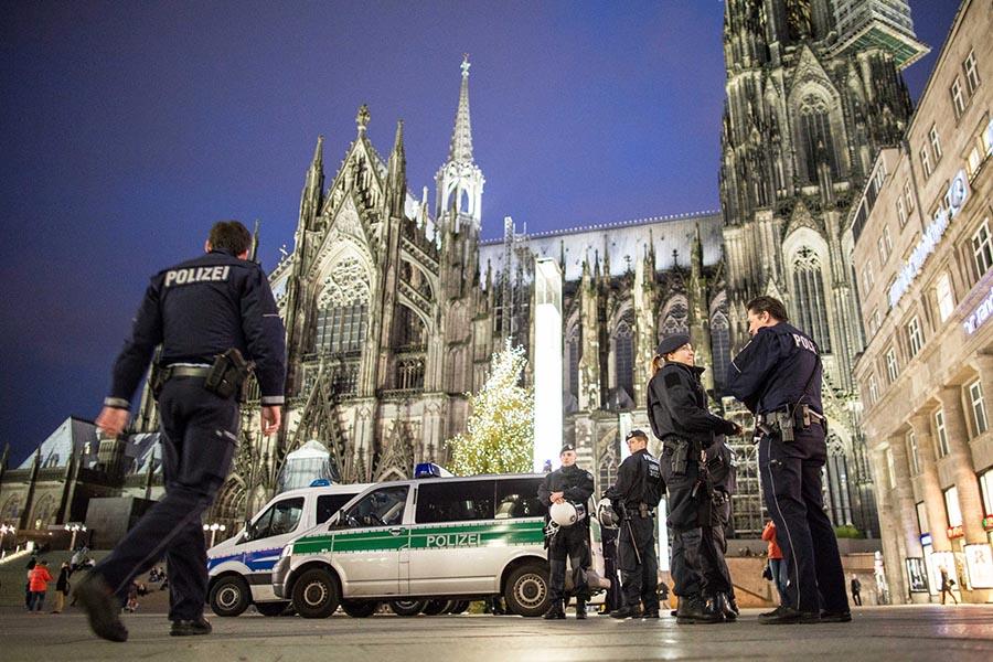 Các vụ móc túi, cướp bóc và sách nhiễu tình dục tại trung tâm TP. Köln do một nhóm 50-80 người gây ra, đa số là di dân, tỵ nạn Bắc Phi - Ảnh: Cảnh sát Đức tại hiện trường vụ bê bối