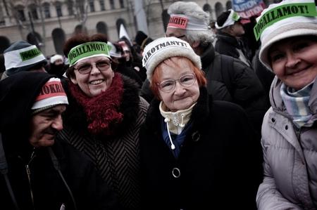 Người biểu tình với khẩu hiệu đòi thực thi dân chủ, Hiến pháp để có một nhà nước pháp trị - Ảnh: Huszti István (index.hu)