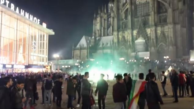 Hỗn loạn trước nhà ga chính của Köln, nơi xảy ra vụ quấy rối tình dục và cướp bóc trong đêm Giao thừa