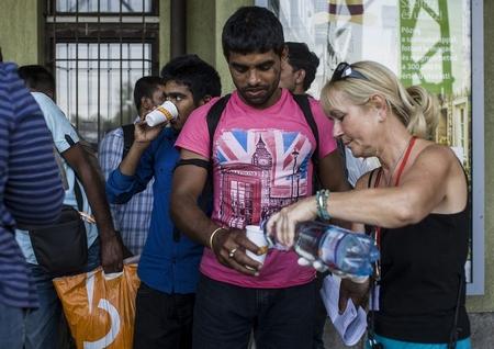 Nhiều người Hung đã tỏ ra đồng cảm với dân tỵ nạn, và tự nguyện hỗ trợ họ - Ảnh: nol.hu