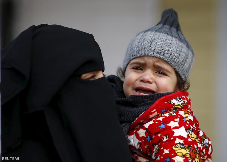 Kể từ khi Nga oanh tạc Syria, ngày càng nhiều người tỵ nạn phải chạy loạn - Ảnh: Osman Orsal (Reuters)