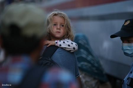 Nhiều phụ nữ và trẻ em phải đối mặt với hiểm nguy trên đường tỵ nạn - Ảnh: Huszti István (index.hu)