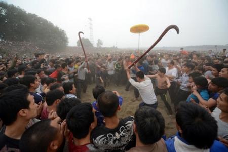 Đại ẩu đả tại lễ hội cướp phết đầu xuân ở Phú Thọ: nét đẹp văn hóa truyền thống? - Ảnh: Zing