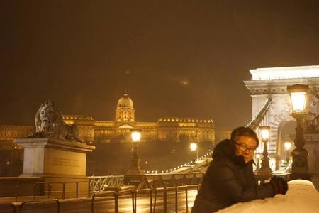 Bên cây cầu cổ nhất tại Budapest bắc ngang con sông Danube