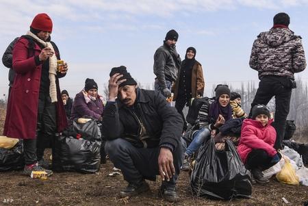 Người tỵ nạn trên đường sang Đức tại biên giới Serbia, tháng 1-2016 - Ảnh: Armend Nimani (AFP)